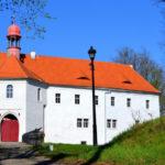 Zámek Vartenberk, výrazná dominanta Stráže pod Ralskem, býval vězením i nemocnicí